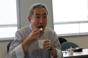 プリンを食べる浅野先生
